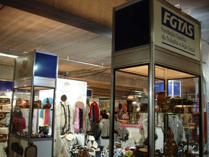 Aparador Pelos Masculino ~ Estande da FGTAS comercializa artesanato típico gaúcho na Feiarte Portal do Estado do Rio