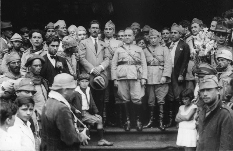 Comitiva de Getúlio Vargas durante a passagem por Itararé (SP), a caminho do Rio de Janeiro, após vitória na revolução