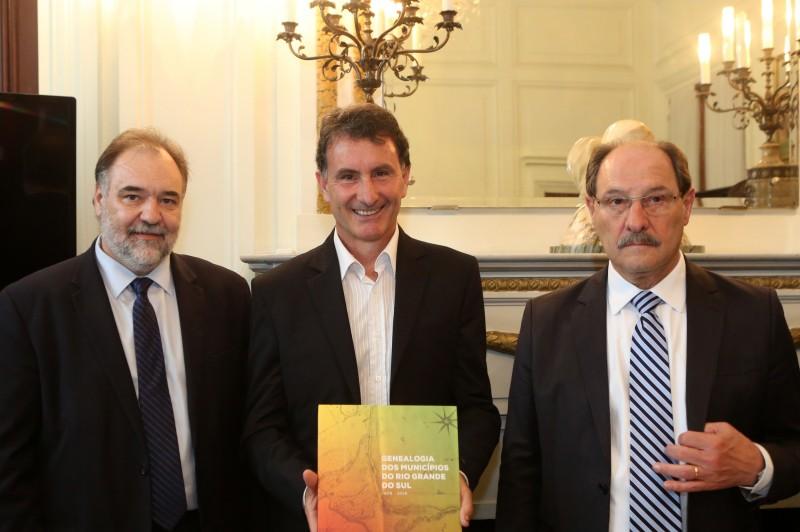 Primeiro exemplar foi entregue ao prefeito Hadair Ferrari, de Pinto Bandeira, último município a se emancipar em 2013