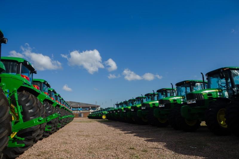 Entre as máquinas, estão 282 tratores agrícolas, 177 retroescavadeiras hidráulicas e 43 rolos compactadores