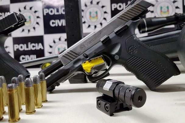 Chamou atenção dos policiais quantidade de armas de uso restrito encontradas