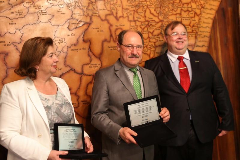 Sartori e Maria Helena foram homenageados pelas contribuições sociais deixadas no estado