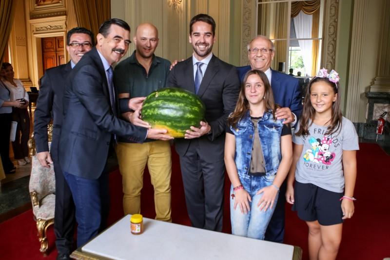 Aproveitando a visita, o prefeito de Campo Novo presenteou Leite com uma melancia