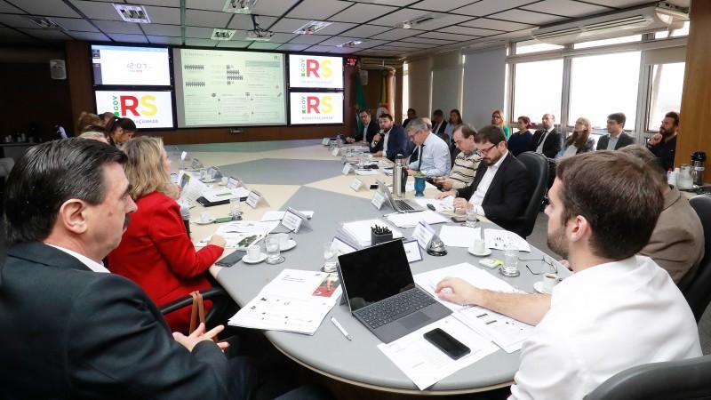 PORTO ALEGRE, RS, BRASIL, 23/05/2019 - O Conselho de Gestão Estratégica (CGE) voltou a se reunir, na manhã desta quinta-feira (23/5), para discutir os projetos prioritários para o Estado 2019-2022. O governador Eduardo Leite, junto do secretário de Govern