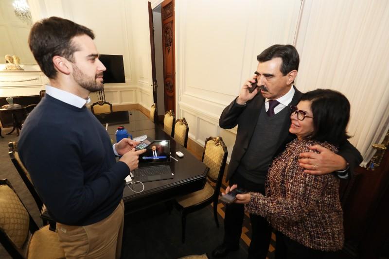 Governador Eduardo Leite acompanhou a votação do projeto que autoriza a privatização da CEEE no gabinete da Ala Residencial do Palácio Piratini, acompanhado do secretário-chefe da Casa Civil, Otomar Vivian, e da secretária de Comunicação, Tânia Moreira.