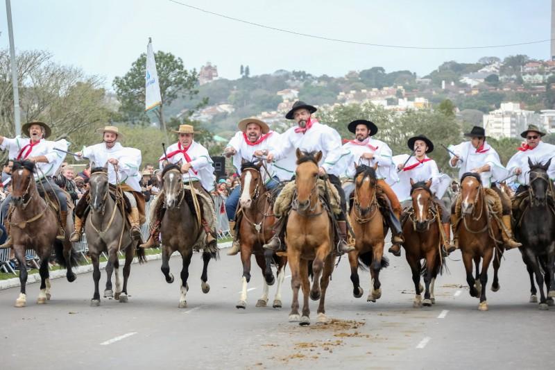 PORTO ALEGRE, RS, BRASIL, 20/09/2-19 - 20/09/2018 - Governador participa do desfile de 20 de Setembro. Fotos: Gustavo Mansur/ Palácio Piratini