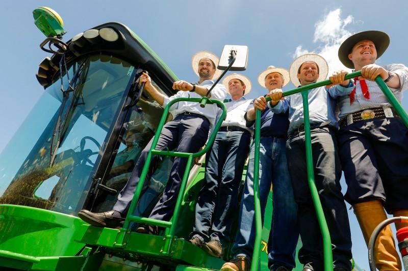 PORTO ALEGRE RS BRASIL 07022020 - O governador Eduardo Leite participou na manh desta sexta-feira 72 da 9 Abertura da Colheita do Milho em Chiapetta Na ocasio o governo lanou o Programa Estadual de Produo e Qualidade do Milho o Pr-Mil