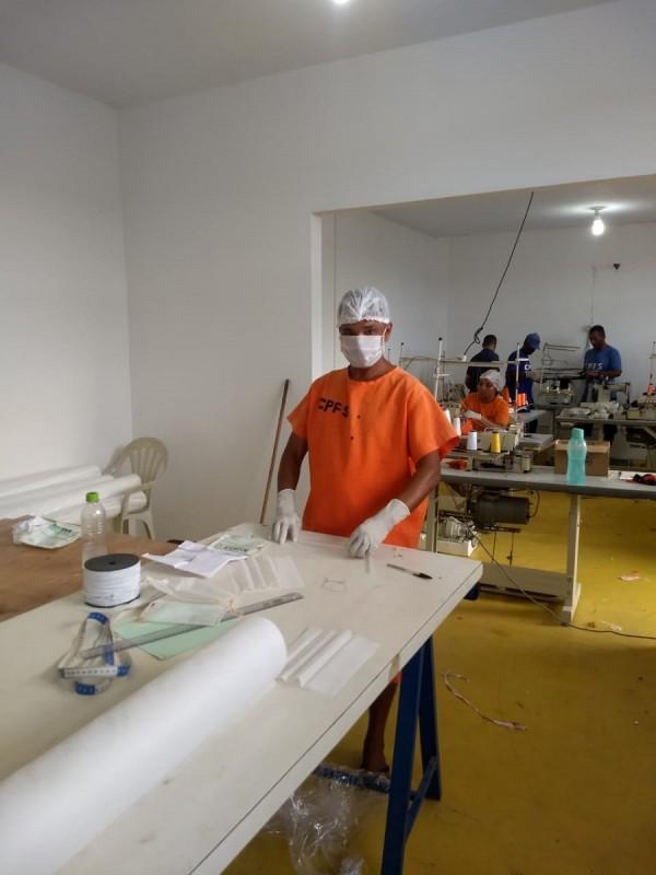 Detentos produzem máscaras1