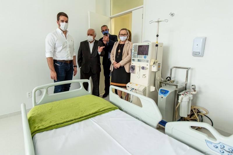 SANTA MARIA, RS, BRASIL, 27/04/2020 - O governador Eduardo Leite visitou, na tarde desta segunda-feira (27/4), o Hospital Regional de Santa Maria, que recebeu 10 novos leitos de UTI e 30 leitos clínicos. A partir desta terça, o hospital passará a receber