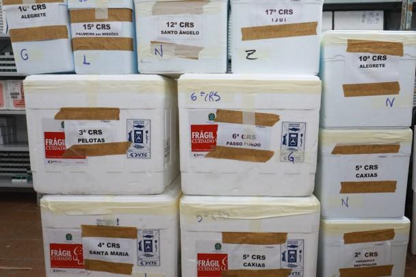 PORTO ALEGRE, RS, BRASIL, 25.2.2021. O repasse feito pela Secretaria Estadual da Saúde (SES), compreende os dois lotes recebidos ontem pelo Estado: 135 mil doses da vacina Oxford/AstraZeneca e outras 84,2 mil da CoronaVac. Foto: Itamar Aguiar/Palácio P