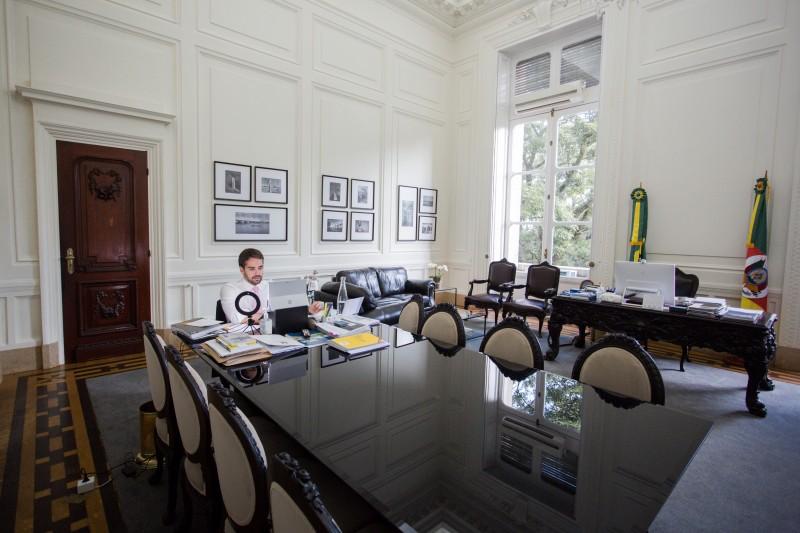 PORTO ALEGRE, RS, BRASIL, 19/03/2021 - O governador Eduardo Leite se reuniu, na tarde desta sexta-feira (19/3), por meio de videoconferência, com a Federação das Associações de Municípios (Famurs) e prefeitos das associações regionais de municípios para t