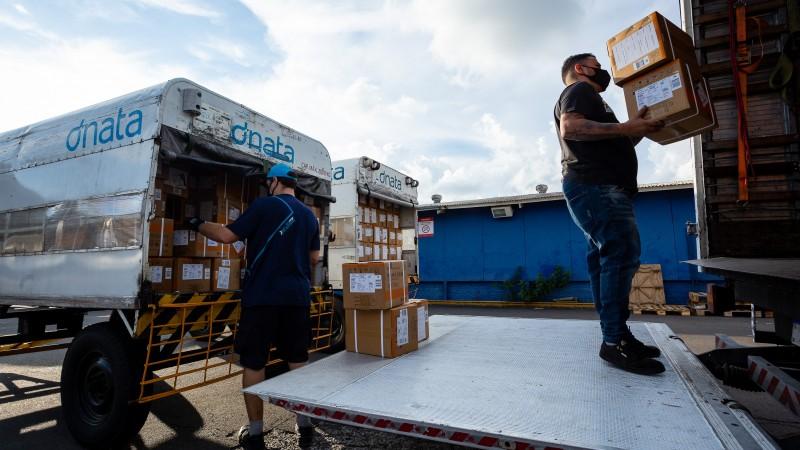 PORTO ALEGRE, RS, BRASIL, 17/04/2021 - O Governo do Estado recebeu, na tarde deste sábado (17/4), um lote de medicamentos do kit intubação enviado pelo Ministério da Saúde a partir de doação da Vale S.A. Assim que chegaram na capital, em voo que pousou às