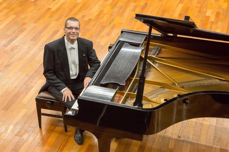"""O pianista da Ospa André Carrara acompanhará o tenor na interpretação de """"Amor de poeta"""", de Robert Schumann"""
