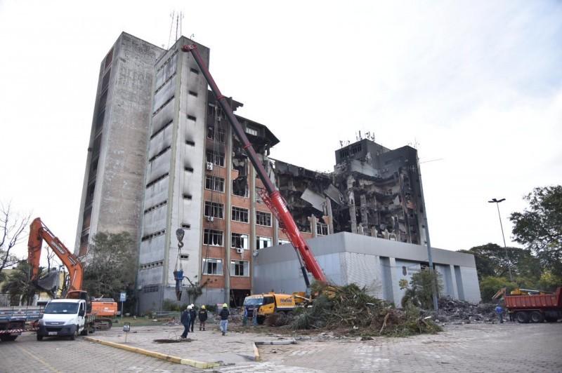 Próximo ao prédio, circulam apenas os envolvidos na remoção de escombros e no trabalho de busca