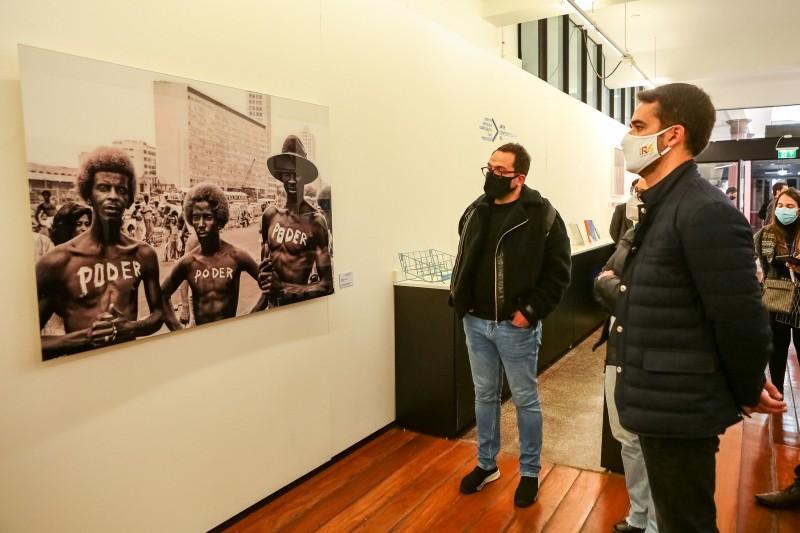 O governador visitou as exposições que atualmente ocupam as galerias do Museu de Arte Contemporânea do Rio Grande do Sul