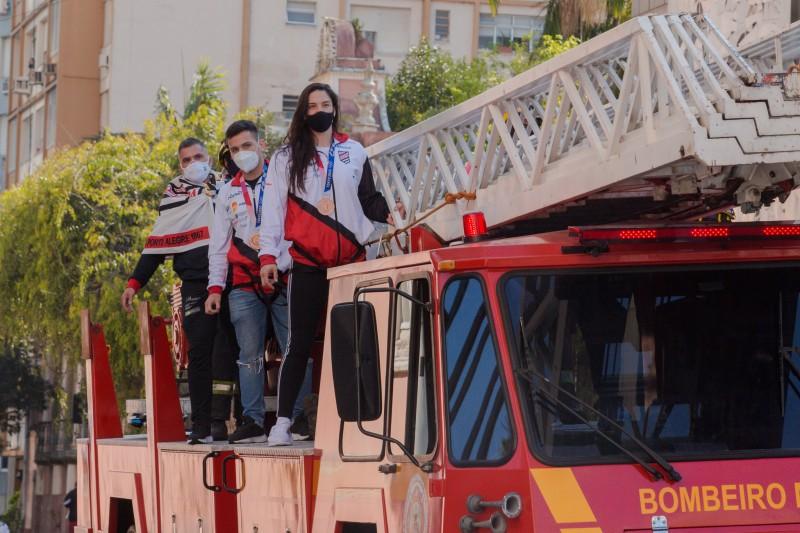 Os atletas chegaram ao Piratini depois de desfilarem em carro aberto pelas ruas da capital