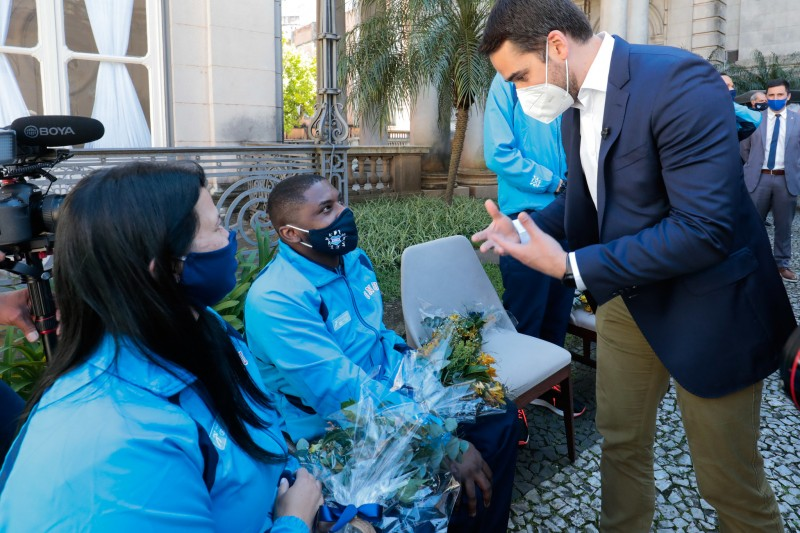 Atletas foram recebidos pelo govenador Leite no jardim interno do Palácio Piratini