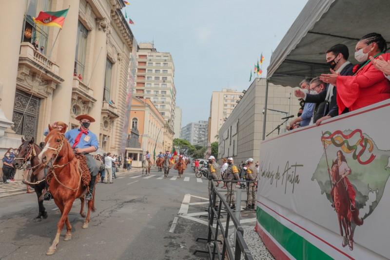 Cavalarianos vieram do parque Harmonia, na capital, até a frente do Palácio Piratini
