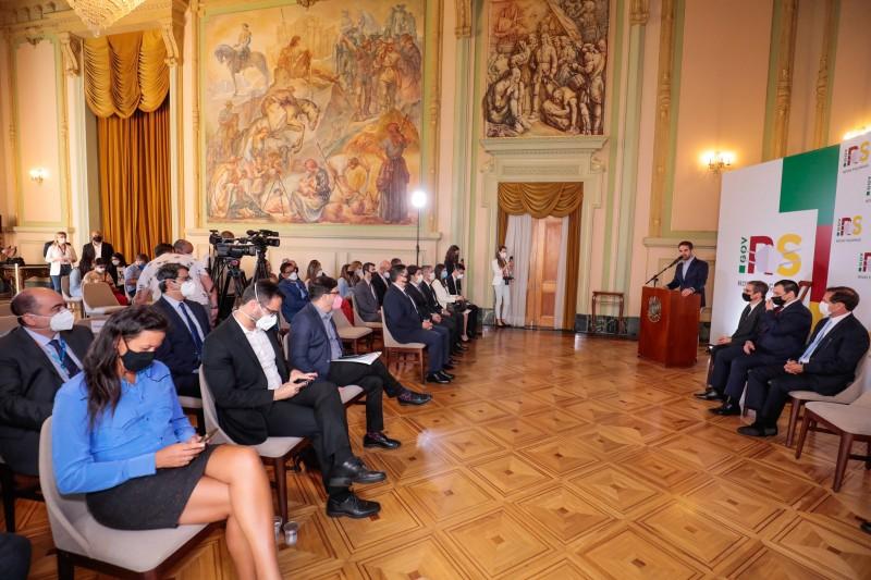 Transferência do controle foi realizada no Salão Alberto Pasqualini do Palácio Piratini, três meses depois da venda da estatal